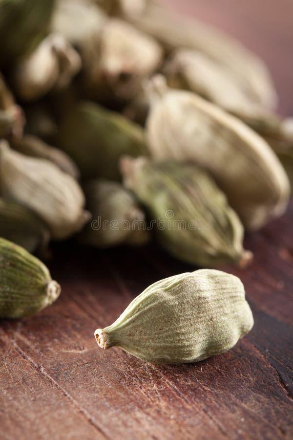 Download 在木桌上的Cardamome种子 库存照片. 图片 包括有 成份, 绿色, 阿诺德, 干燥, 背包, 小豆蔻 - 30337106
