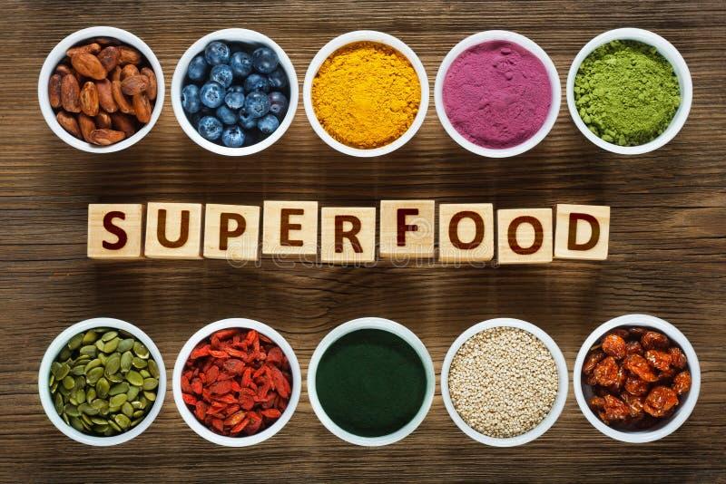 在木桌上的Superfoods 免版税库存照片