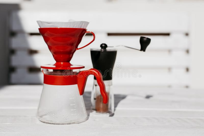 在木桌上设置的咖啡滴水 库存照片