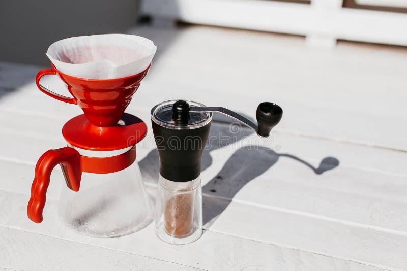 在木桌上设置的咖啡滴水 库存图片