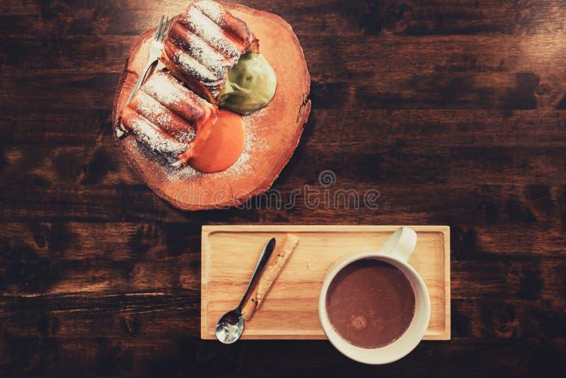 在木桌咖啡馆、饮料咖啡和鲜美蛋糕的咖啡时间 布朗,生活 免版税库存照片