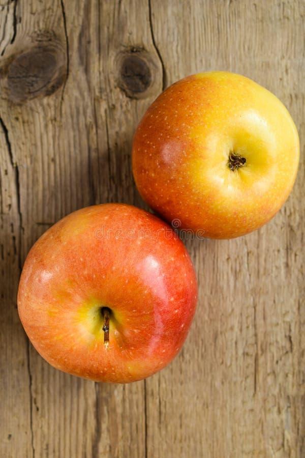 在木桌成份的苹果 免版税图库摄影