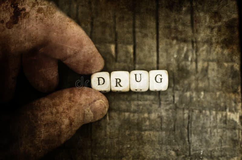 在木桌概念上瘾者的老破旧的污浊的照片药物药片 图库摄影