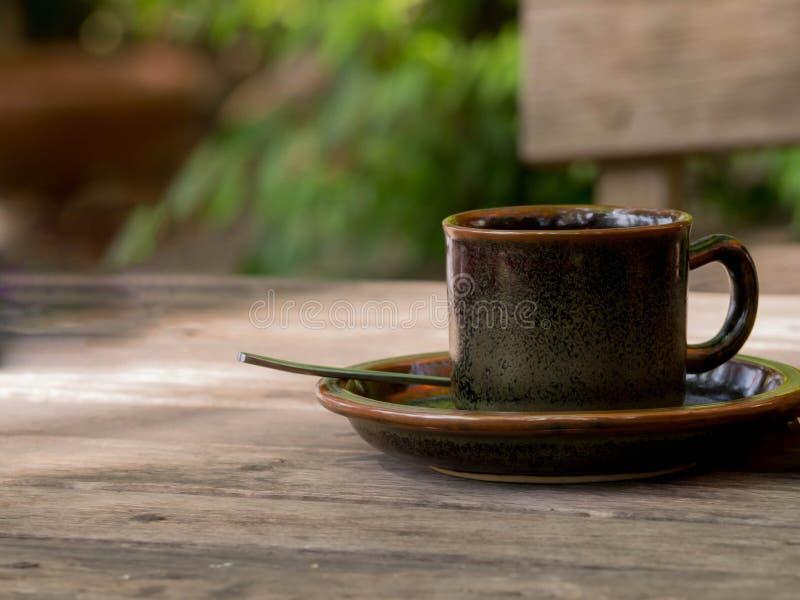 在木桌特写镜头的咖啡杯 免版税库存图片