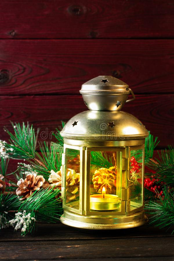 在木桌的圣诞节灯 免版税库存照片