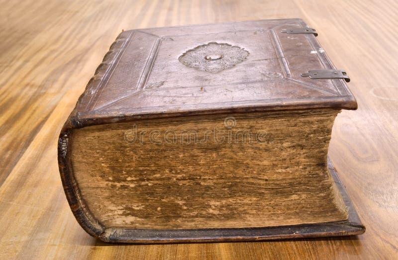 在木桌的旧书 免版税库存图片