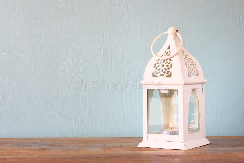 在木桌的白色灯笼 免版税库存照片