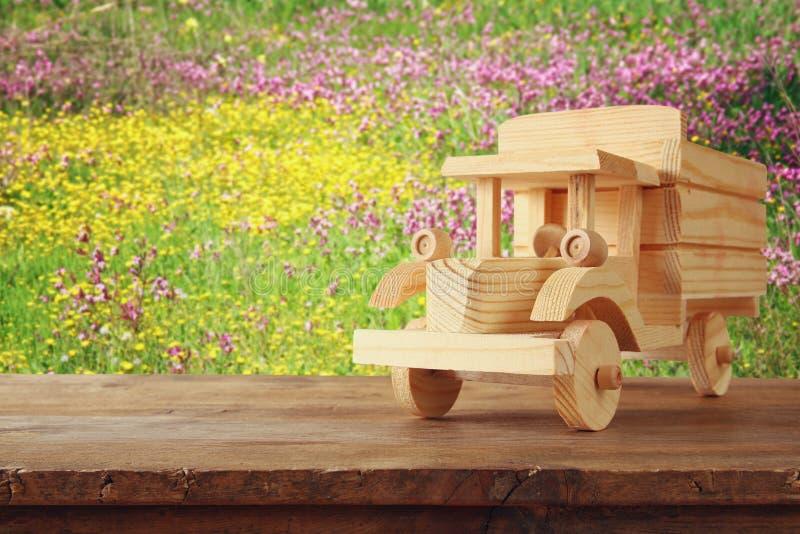 在木桌的老木玩具卡车汽车 库存照片
