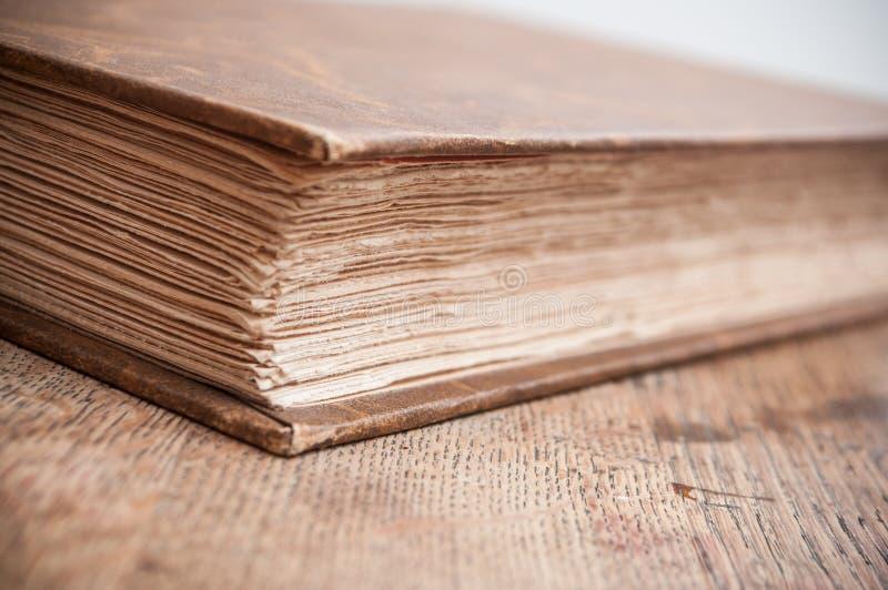 在木桌背景合上的古老书 免版税库存图片