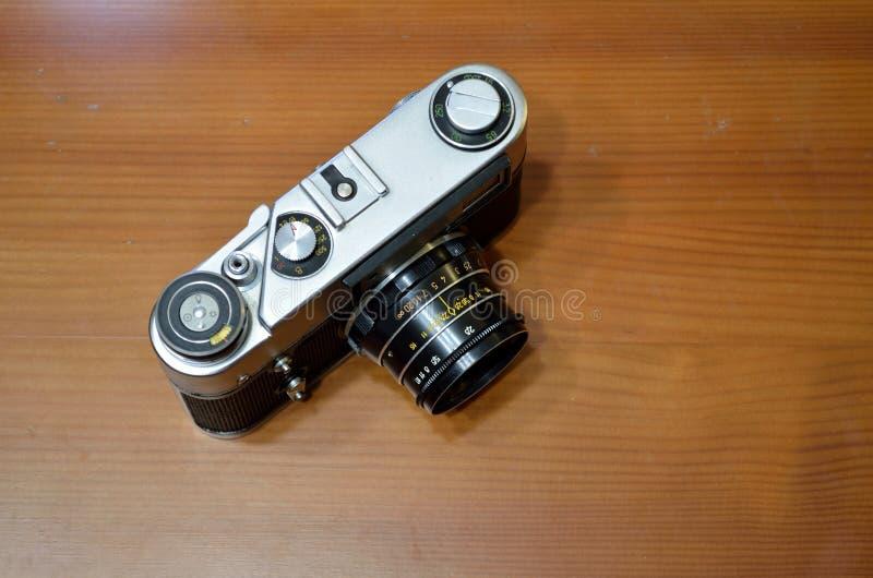 在木桌背景的减速火箭的照相机 图库摄影