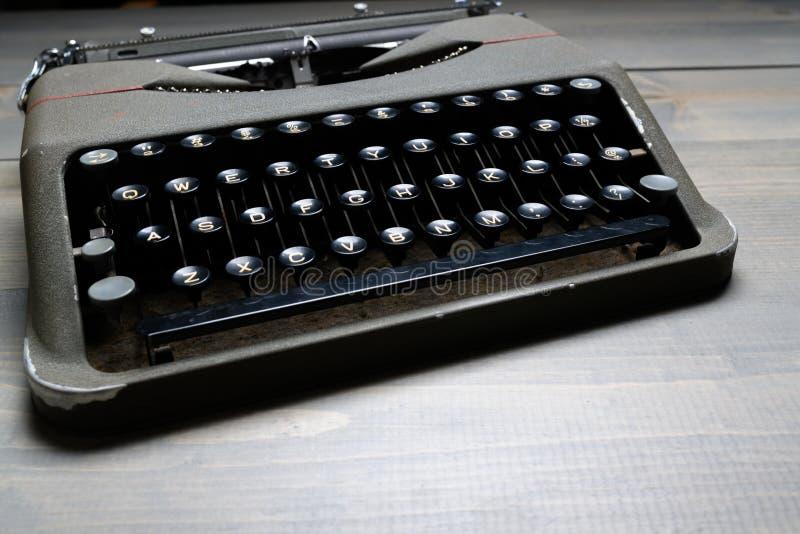 在木桌背景的减速火箭的老打字机 免版税库存照片