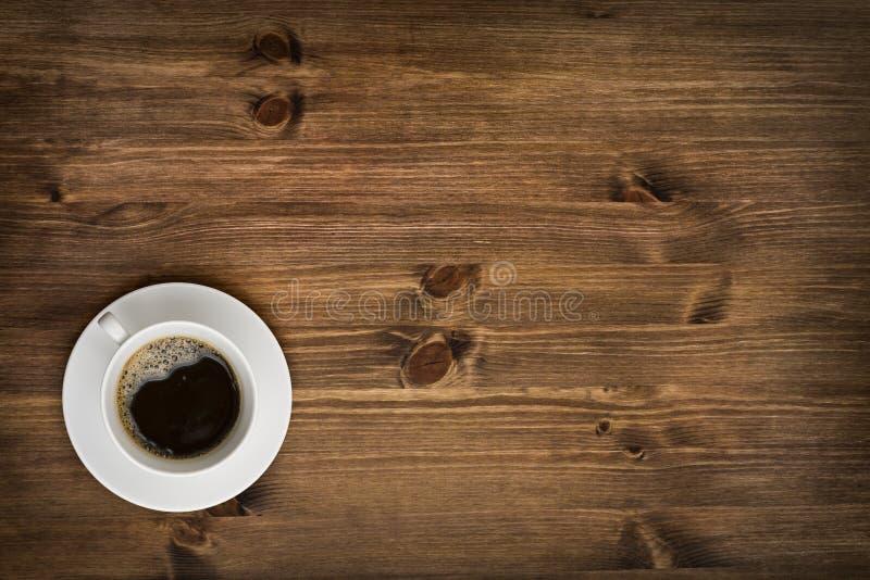 在木桌背景的咖啡杯顶视图 库存照片