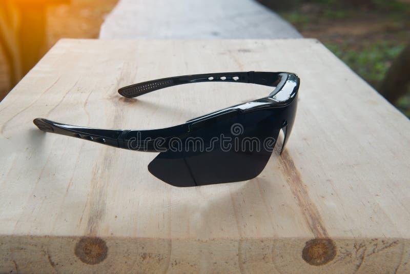 在木桌背景的太阳镜 库存图片