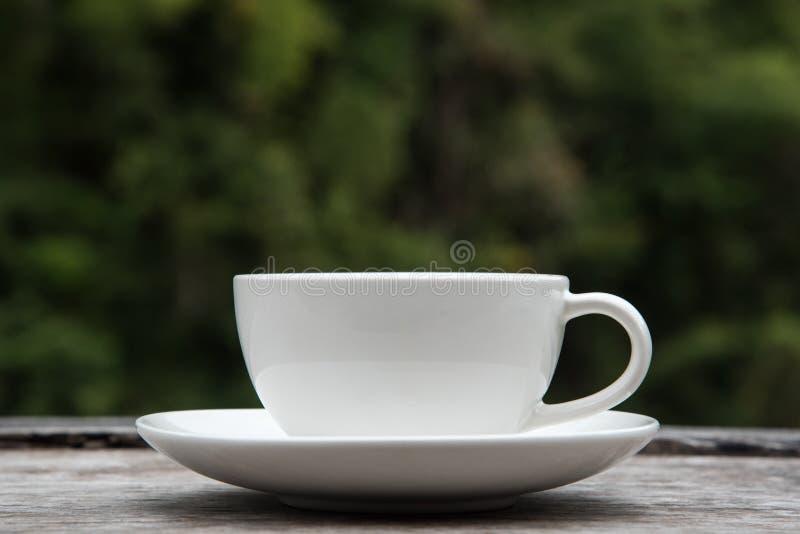 在木桌自然的咖啡杯弄脏了背景 图库摄影