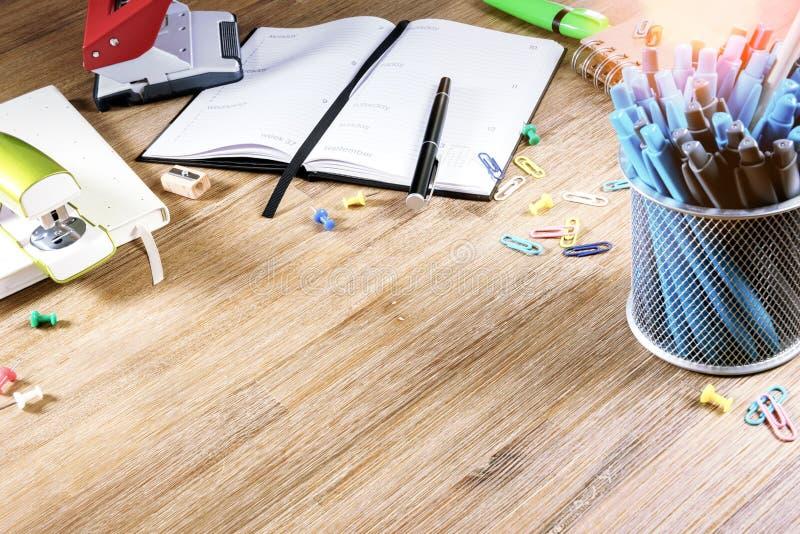 在木桌面的五颜六色的学校用品 r 库存图片