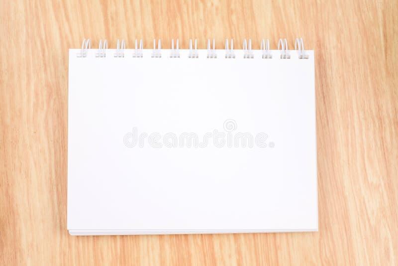 在木桌,企业模板上的空白开放圆环包扎工具笔记本 免版税图库摄影