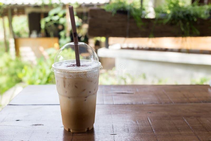 在木桌,咖啡休息上的冰冻咖啡饮料 库存图片