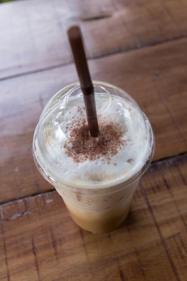 在木桌,咖啡休息上的冰冻咖啡饮料 免版税库存照片