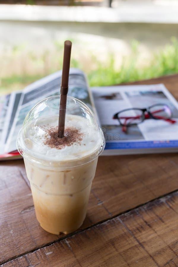 在木桌,咖啡休息上的冰冻咖啡饮料 免版税库存图片