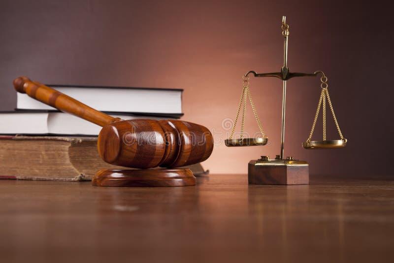 在木桌,黑暗的背景上的法律和正义材料 库存照片