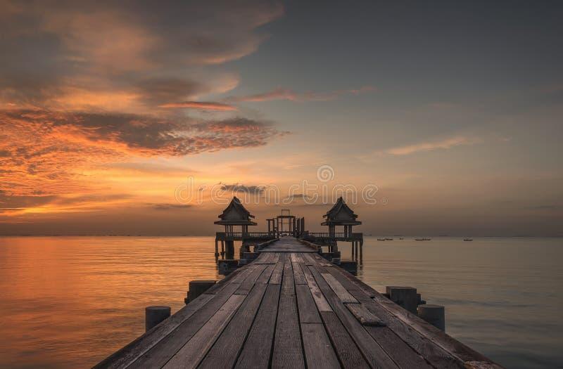 在木桥梁的日落在Djittabhawan寺庙旅游胜地 免版税库存照片