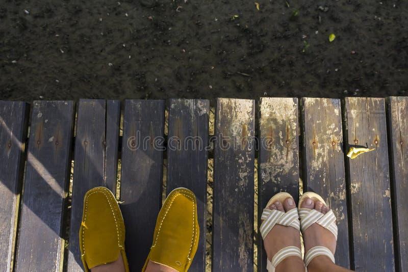 在木桥的鞋子 库存图片