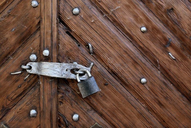 在木棕色门的老锁 免版税库存图片