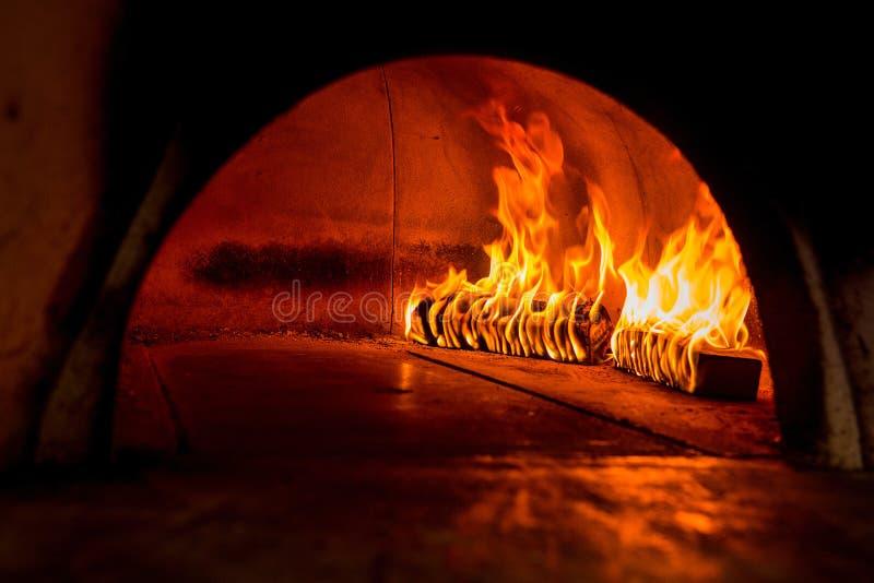 在木火炉的火焰 免版税库存图片