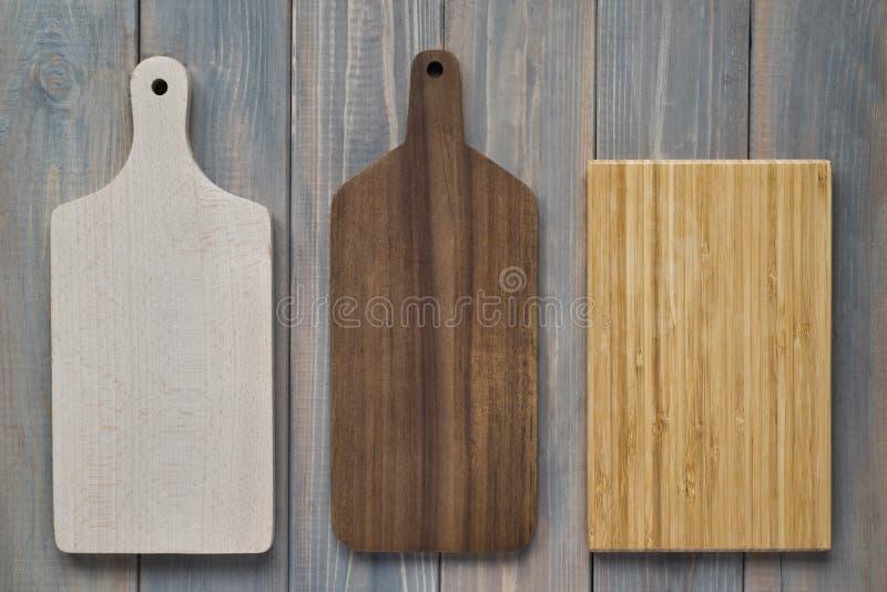 在木灰色背景的竹木切板 免版税库存图片