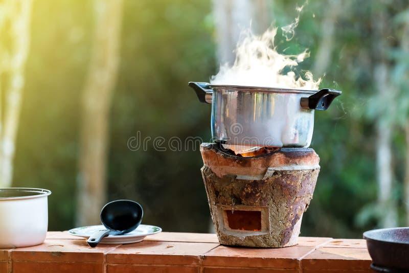 在木炭火炉的汤罐 免版税库存图片