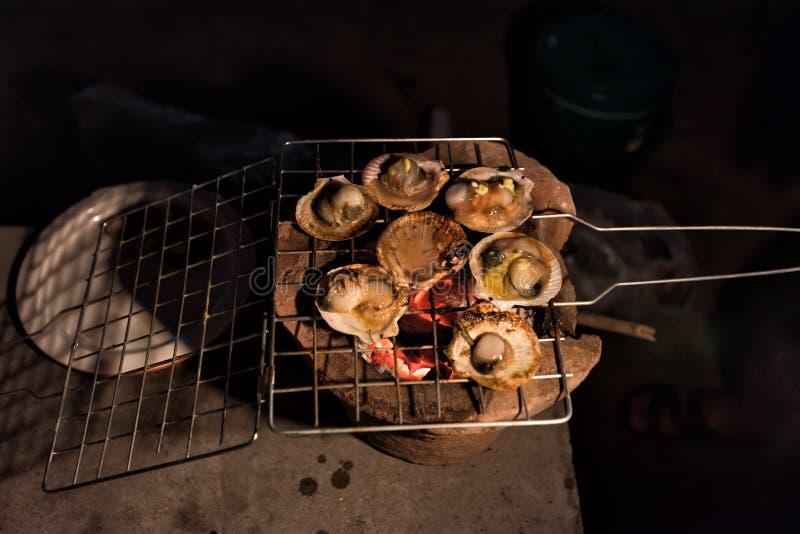 在木炭火炉的烤扇贝野营在营火的 免版税库存照片