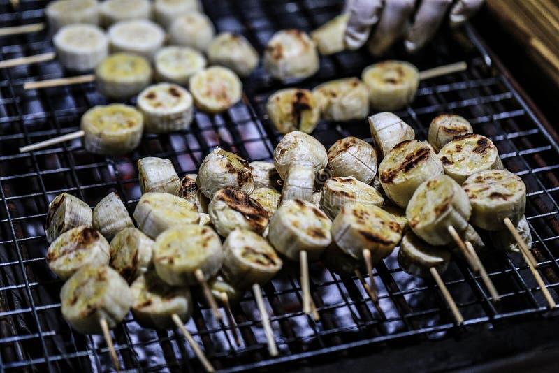 在木炭火炉,泰国点心的香蕉格栅 免版税图库摄影