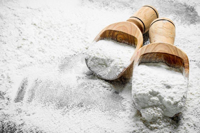 在木瓢的面粉 免版税库存照片
