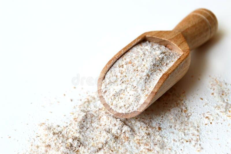 在木瓢的黑麦面粉 库存照片