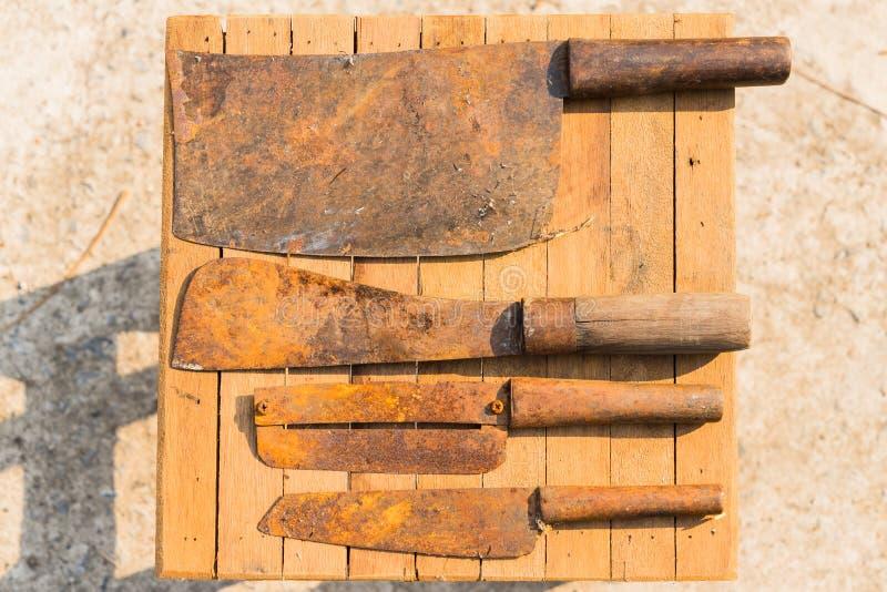 在木瓦片,农夫设备的生锈的刀子在泰国 免版税库存图片