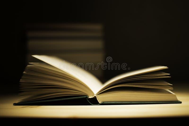 在木甲板桌上的葡萄酒旧书 免版税库存照片