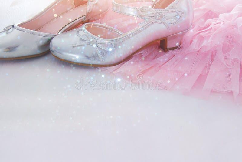 在木白色地板上的葡萄酒薄纱桃红色薄绸的礼服和银鞋子 婚礼、女傧相和girl& x27; s党概念 库存图片