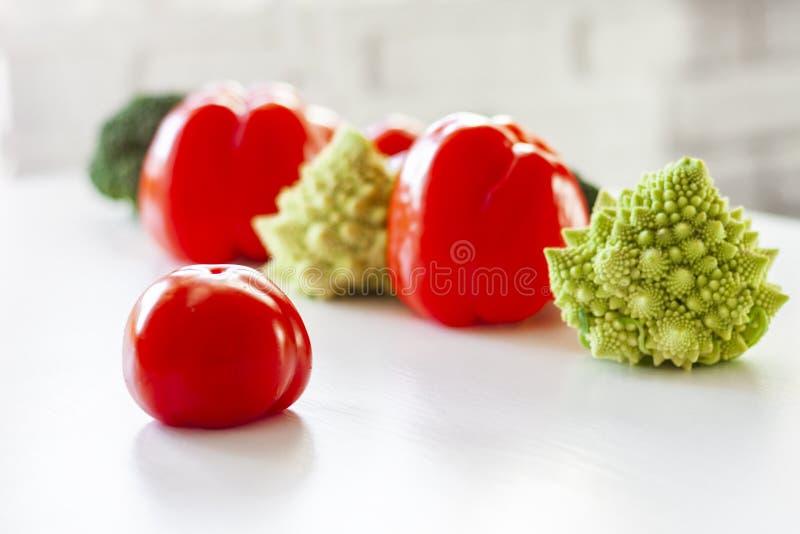 在木白色桌上的菜品种 夏天和秋天菜,文本的空间的选择 库存图片