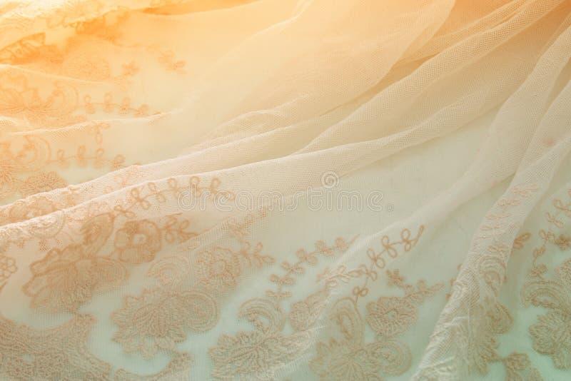在木白色桌上的葡萄酒薄纱桃红色薄绸的礼服 婚礼和girl& x27; s党概念 免版税库存照片