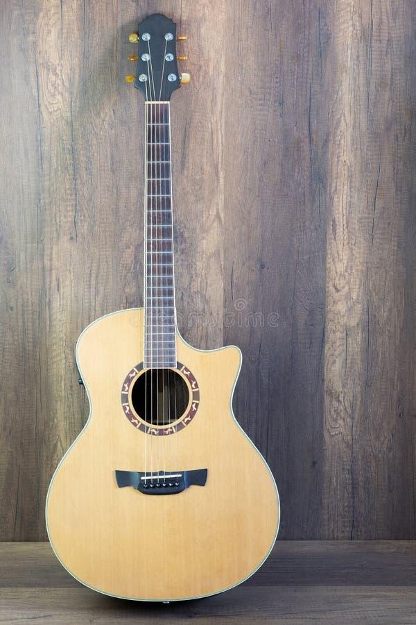 在木的声学吉他 图库摄影