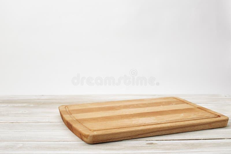 在木的白色的空的竹切板 免版税库存图片