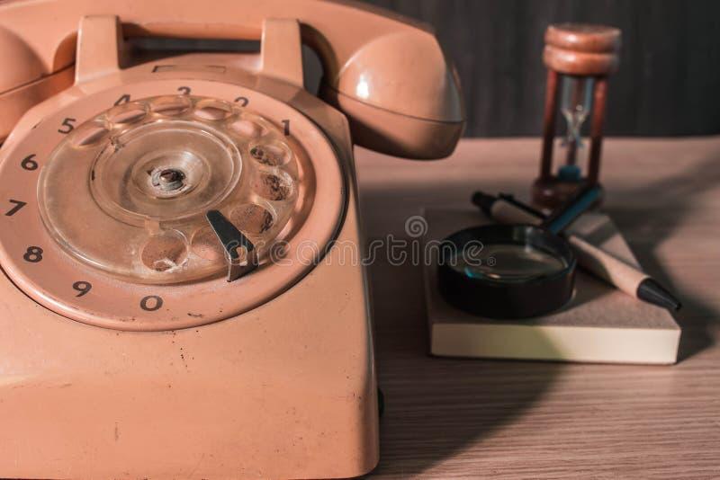 在木的老电话 图库摄影