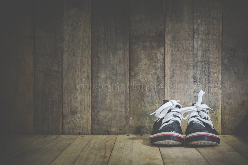 Download 在木的婴孩运动鞋 库存照片. 图片 包括有 方式, 行家, 系列, 鞋类, 子项, 衣物, 概念, 婴孩 - 62529640