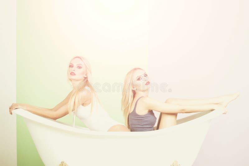 在木盆,亲热恋人,性感的妇女的年轻夫妇爱抚 免版税图库摄影