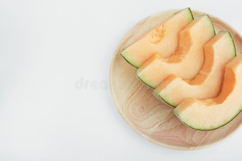 在木盘的新鲜的瓜有孤立白色背景 免版税库存图片