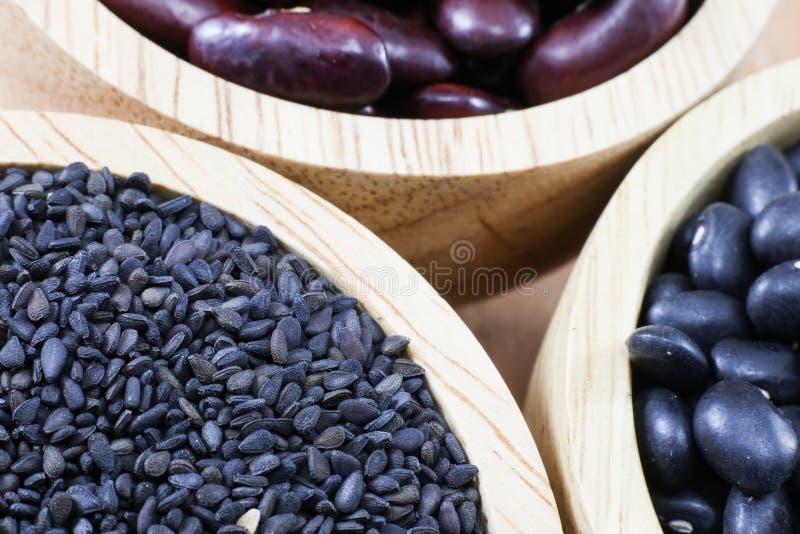 在木盘的谷物在木背景 免版税库存图片