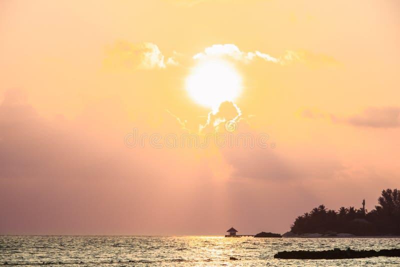 在木码头、海岛和太平洋的日落在马尔代夫 库存图片