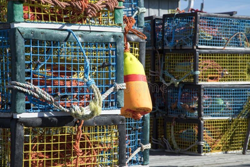 在木码头的五颜六色的龙虾陷井 库存图片