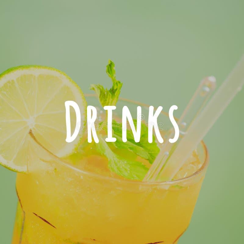 在木码头的芒果mojito 豪华热带假期的概念 经典鸡尾酒 饮料措辞 免版税图库摄影