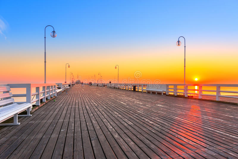 在木码头的日出在波罗的海 库存图片